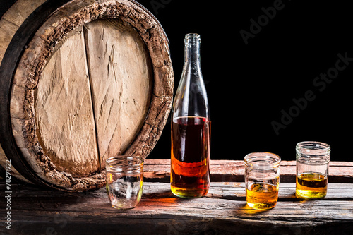 Three glass of aged whisky and bottle - 78291922