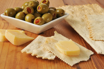 Gouda cheese with crackers
