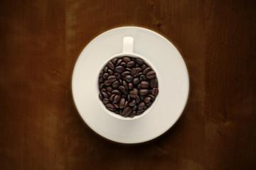 コーヒーカップに入れたコーヒー豆
