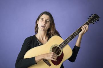 suonare la chitarra