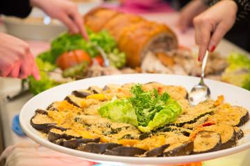 Gratin di verdure su piatto tondo