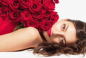 Портрет красивой жизнерадостной девушки с букетом роз