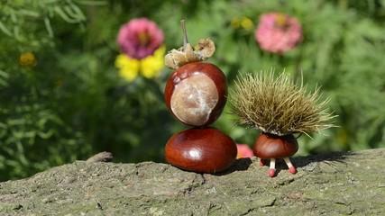 Kastanienfiguren auf Baumstamm