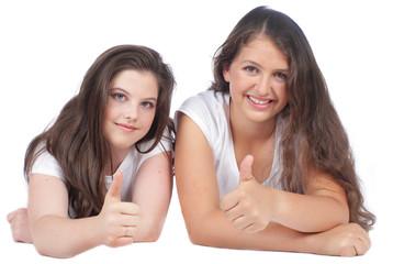 Zwei Teenager mit Daumen hoch