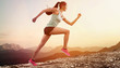 Junge joggerin läuft auf berg - 78316775