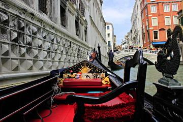 Kanal in Venedig mit Gondel