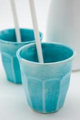 brocca bianca e bicchieri azzurri