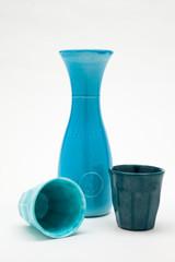 bicchieri e caraffa di porcellana