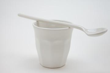 Bicchiere e cucchiaino di porcellana