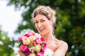 Braut im Brautkleid mit Brautstrauß