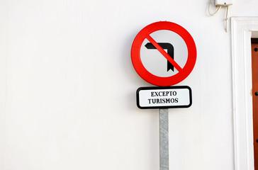 Señal de prohibido girar, tráfico urbano