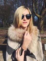 Junge Frau mit Brille und Pelz