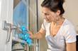 canvas print picture - Frau bei Hausarbeit putzt Fenster mit Fenstertuch