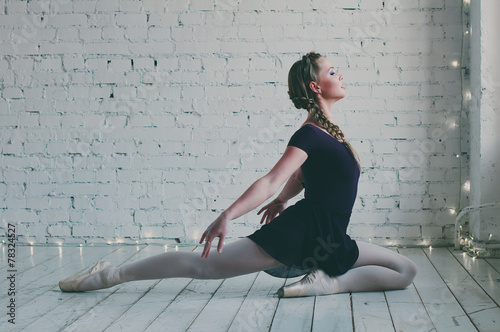 fototapeta na ścianę Młoda tancerka baleriny pokazano jej technik tutu