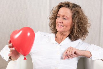 Frau mit Herzballon