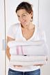 Frau mit frischer Wäsche aus Waschmaschine
