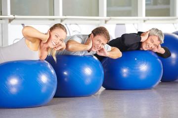Gruppe Senioren beim Training im Fitnesscenter