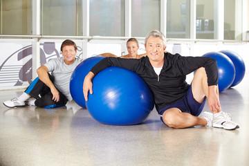 Mann in Gruppe Senioren mit Gymnastikball
