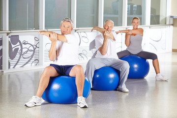 Gruppe Senioren beim Stretching im Fitnesscenter