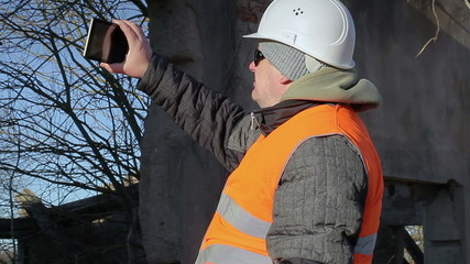 Construction worker filmed with tablet PC