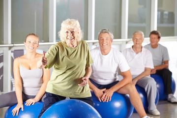 Alte Frau im Fitnesscenter hält Daumen hoch