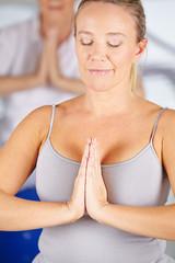 Frau macht Übung zur Entspannung