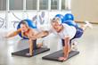 Mann und Frau machen Gymnastik im Fitnesscenter