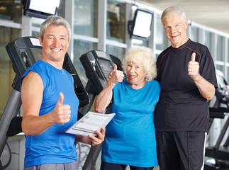 Paar Senioren im Fitnesscenter hält Daumen hoch