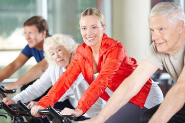 Ältere Frau trainiert im Fitnesscenter