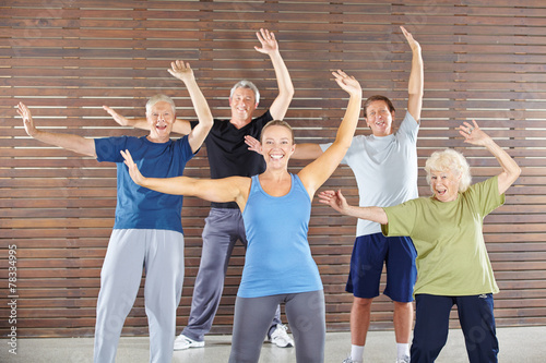 Leinwanddruck Bild Senioren turnen und tanzen im Fitnesscenter