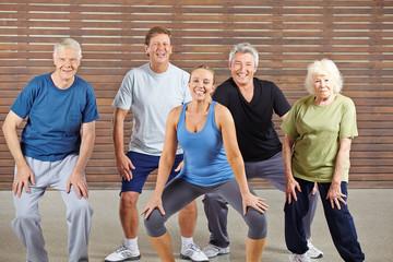 Gruppe Senioren beim Tanzen im Fitnesscenter