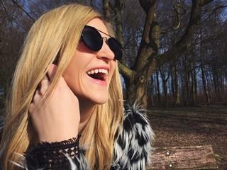 Frau mit Sonnenbrille lacht