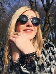 Junge Frau genießt Sonne