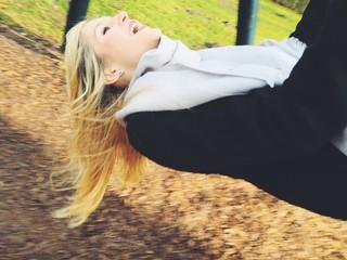junge Frau hat Spaß beim Schaukeln