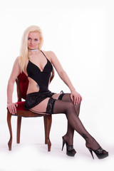 sexy Blondine auf Stuhl in Dessous