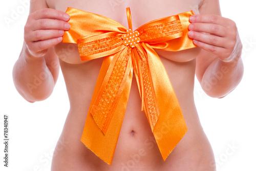 Leinwanddruck Bild Frau mit Schleife vor der Brust