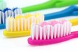 Zahnbürsten in verschiedenen Farben