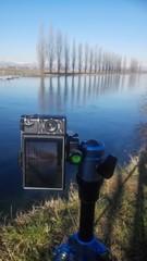 Scattare una foto a un fiume con la fotocamera su treppiede
