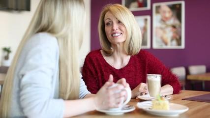 Mutter und Tochter im Café