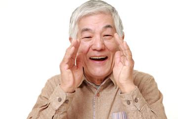 呼びかける高齢者