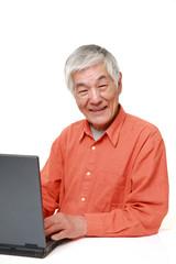 パソコンを使う高齢者