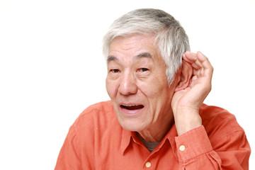 難聴の高齢者