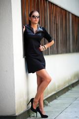 Frau in schwarzem,kurzen Kleid