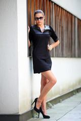 Hübsche Frau in schwarzem,kurzen Kleid