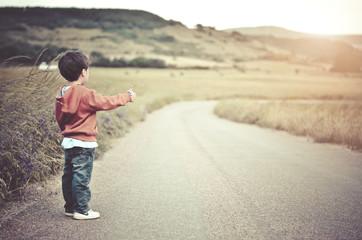 niño en la carretera
