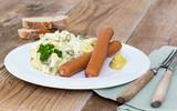Kartoffelsalat mit Würstchen und Senf.