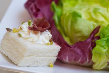 Tartina in primo piano con insalata colorata