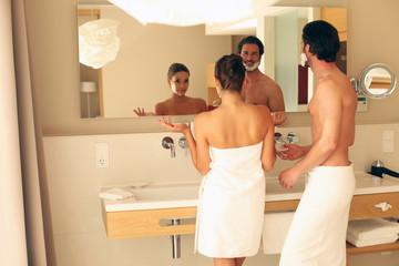 Paar in Badezimmer