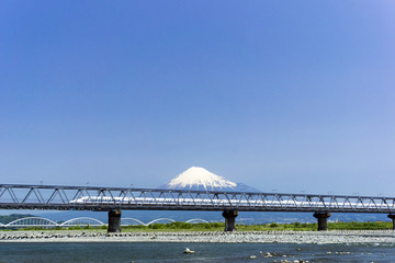 快晴青空 富士山と鉄橋を渡る新幹線