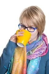 Junge Frau trinkt ein Heißgetränk